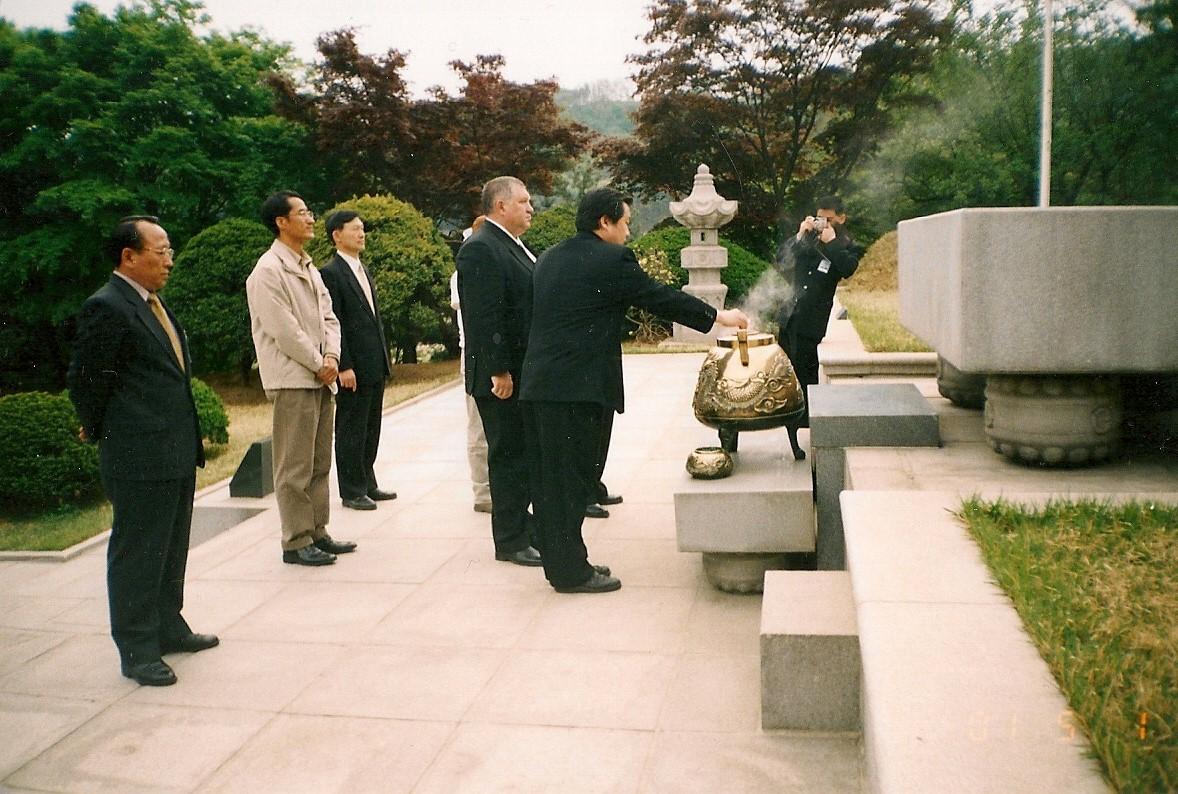 2001с Прохоровым АМ в Республике Корея.jpg